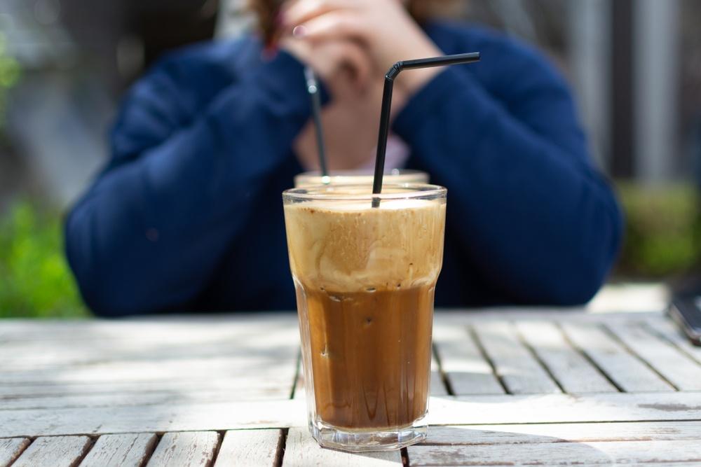 Frappé: Όλα όσα θέλετε να ξέρετε για τον αγαπημένο καφέ των Ελλήνων Χάρης Γεωργακάκης Κλινικός Διαιτολόγος – Διατροφολόγος, MSc Αντιπρόεδρος Ελληνικού Ιδρύματος Καρδιαγγειακής Υγείας και Διατροφής Αν κάποιος σκεφτόταν ποιο είναι το πιο αντιπροσωπευτικό ρόφημα για εμάς τους Έλληνες νομίζω ότι το μυαλό όλων θα πήγαινε αμέσως σε έναν απολαυστικό frappé. Ο στιγμιαίος για την ακρίβεια καφές, είτε ζεστός είτε frappé, αποτελεί ένα κομμάτι συνυφασμένο με την καθημερινότητα πολλών. Είναι ένα από τα πιο διαδεδομένα ροφήματα σε όλο τον κόσμο. Στη χώρα μας κατέχει μια ιδιαίτερη θέση και αποτελεί μια από τις πιο αγαπημένες συνήθειες των Ελλήνων, καθώς στην κρύα του μορφή ως frappé αποτελεί μια «ελληνική πατέντα». Πρώτη ύλη για την παρασκευή του στιγμιαίου καφέ αποτελεί ο καρπός του καφεόδεντρου. Όταν οι καρποί ωριμάσουν, συλλέγονται προσεκτικά, στεγνώνουν με φυσικό τρόπο στον ήλιο και αφαιρείται ο εξωτερικός φλοιός. Ακολούθως ξεπλένονται με νερό ώστε να απομακρυνθεί και το τελευταίο ίχνος πούλπας και αφαιρείται το εσωτερικό φλούδι, ώστε να προκύψουν οι πράσινοι κόκκοι καφέ. Σε επόμενη φάση γίνεται ανάμιξη των διαφόρων ειδών για να επιλεγεί και να προκύψει το γνωστό μας χαρμάνι. Μετά οι εκλεκτοί κόκκοι καφέ καβουρδίζονται και ακολούθως αλέθονται με ιδιαίτερη φροντίδα, αναδεικνύοντας πλήρως τις αρωματικές και γευστικές τους ιδιότητες. O καβουρδισμένος και αλεσμένος καφές εκχυλίζεται σε ειδικά σχεδιασμένα φίλτρα που κρατούν το κατακάθι. Το ένα φιλτράρισμα διαδέχεται το άλλο μέχρι να αποβληθεί και το τελευταίο ίχνος από το κατακάθι. Αξίζει να σημειωθεί ότι η εν λόγω διαδικασία πραγματοποιείται εφτά φορές και αφού φιλτραριστεί πλήρως και απομακρυνθεί όλο το κατακάθι, ουσιαστικά φτάνει στην κούπα μας μόνο η «καρδιά» του καφέ, ένα 100% φυσικό προϊόν. Αυτό βράζεται σε νερό και εν συνεχεία αφυδατώνεται, για να προκύψει ένα τελικό προϊόν στιγμιαίου καφέ. Η διαδικασία αυτή είναι απόλυτα φυσική και γίνεται ώστε να μπορεί να διαλυθεί εύκολα και ομοιόμορφα σε ζεστό ή κρύο νερό. Αυτό είναι λοι